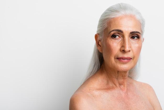 Portret starsza kobieta z szarym włosy