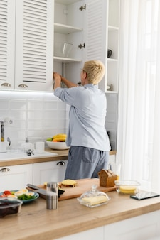 Portret starszego gospodyni domowej pracy w kuchni