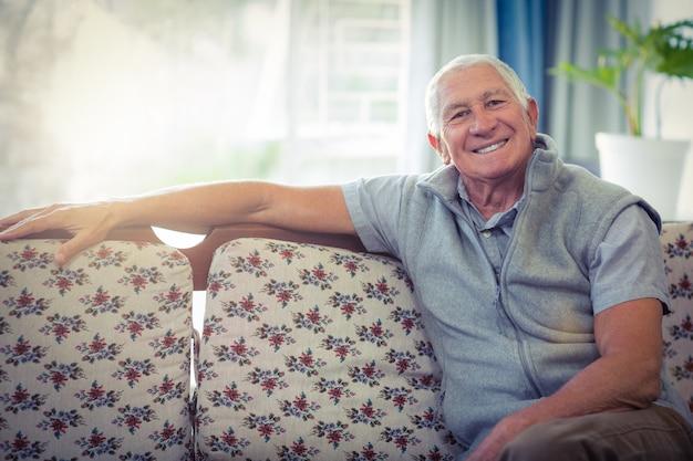 Portret starszego mężczyzna ono uśmiecha się