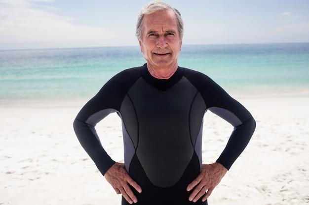Portret starszego mężczyzna pozycja z rękami na biodrach