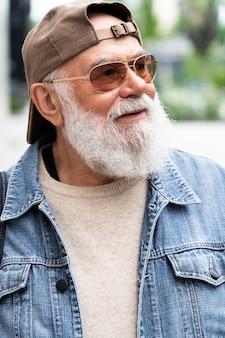 Portret starszego mężczyzny pozuje na zewnątrz w mieście