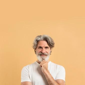 Portret starszego mężczyzny uśmiecha się z kopiowaniem przestrzeni