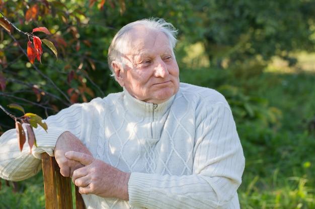Portret starszego mężczyzny w parku