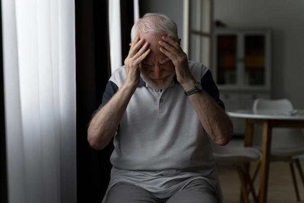 Portret starszego mężczyzny z alzeihmerem w pomieszczeniu