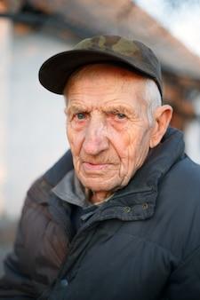 Portret starszego mężczyzny z bliska na zewnątrz