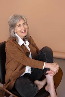 Portret starszej eleganckiej kobiety siedzącej na krześle