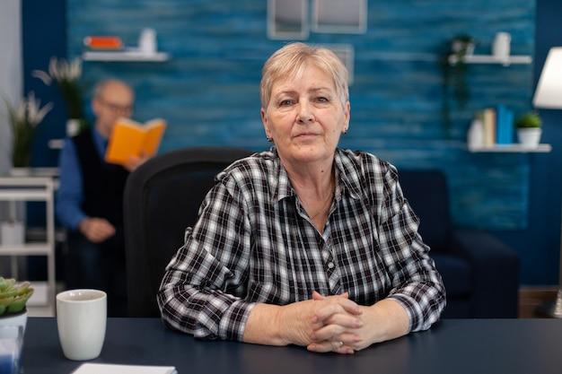 Portret starszej kobiety patrzącej na kamerę