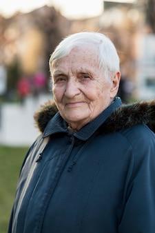 Portret starszej kobiety w mieście