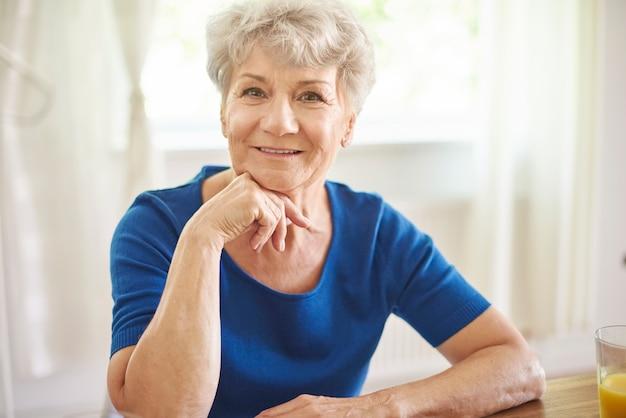 Portret starszej kobiety w słoneczny dzień