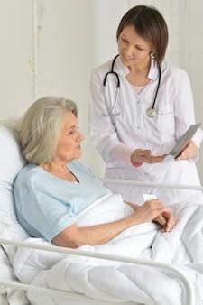 Portret starszej kobiety w szpitalu z troskliwym lekarzem