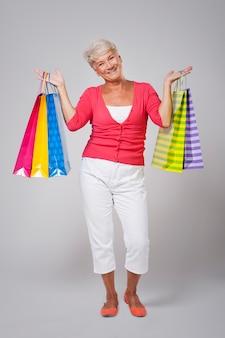Portret starszej kobiety z torby na zakupy