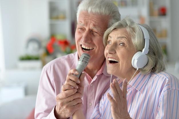 Portret starszej pary i mikrofon