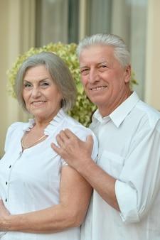 Portret starszej pary relaksującej się w pobliżu hotelu