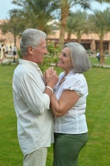 Portret starszej pary relaksuje się w hotelowym kurorcie