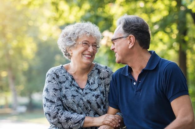 Portret starszej pary uśmiechnięci i patrząc na siebie