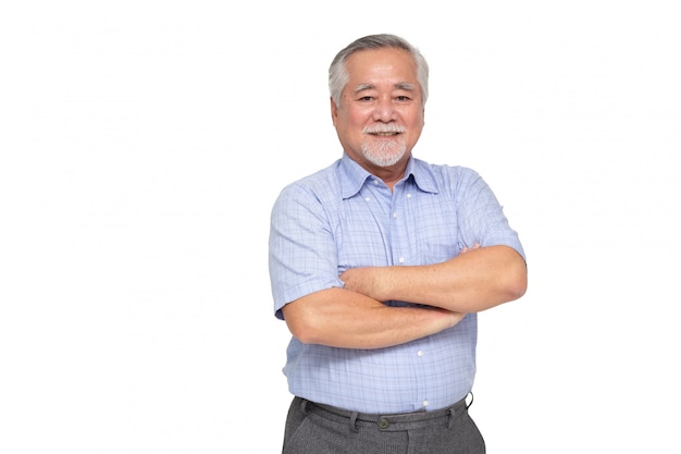 Portret starszy azjatykci mężczyzna z rękami krzyżować i uśmiecha się odosobnionego, dojrzały biznesmen uśmiechnięty i patrzeje kamerę, szczęśliwy czuciowy pojęcie