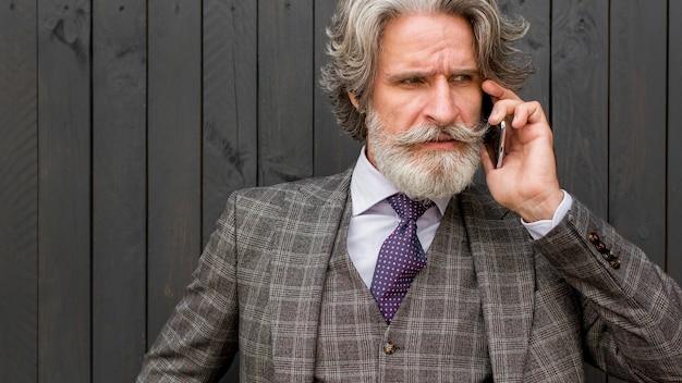 Portret starszy mężczyzna elegancki rozmawia przez telefon