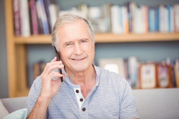 Portret starszy mężczyzna używa telefon komórkowego