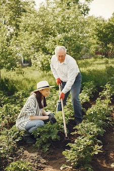 Portret starszy mężczyzna w kapeluszu ogrodnictwo z dziadkiem