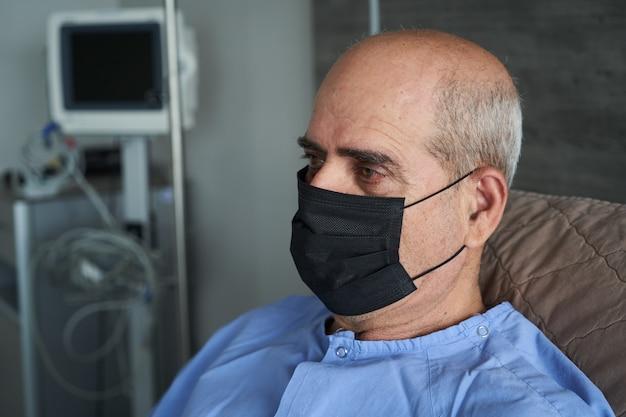Portret starszy mężczyzna w łóżku szpitalnym, zakończenie