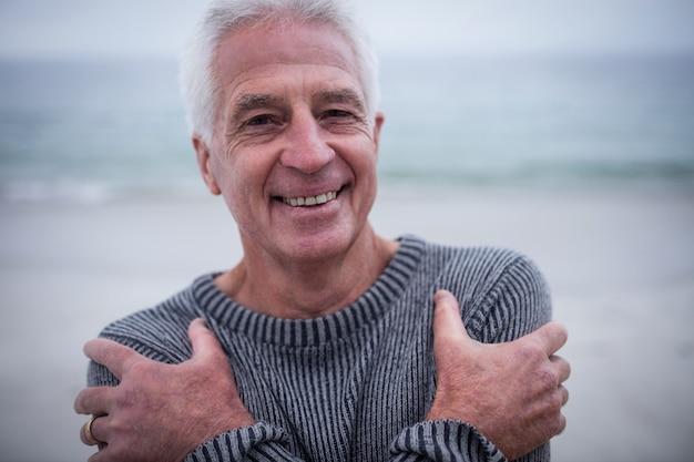 Portret starszy mężczyzna w swetra uczucie zimna
