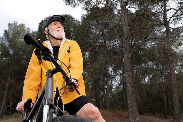 Portret Starszy Mężczyzna Z Rowerem Na Górze Premium Zdjęcia