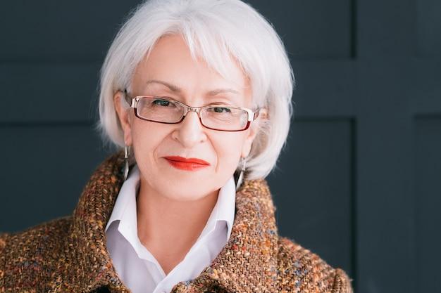 Portret starszy modelka. nowoczesny styl życia. stylowa kobieta w wieku w stroju jesień patrząc na kamery.