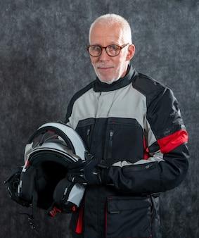 Portret starszy rowerzysta z białym hełmem