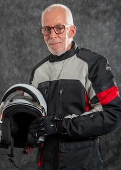 Portret starszy rowerzysta z kaskiem