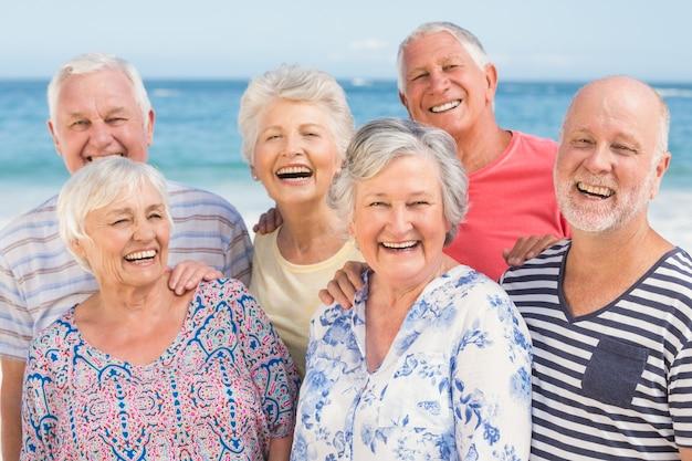 Portret starszych przyjaciół na plaży