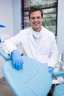 Portret stojący przy krześle dentysta