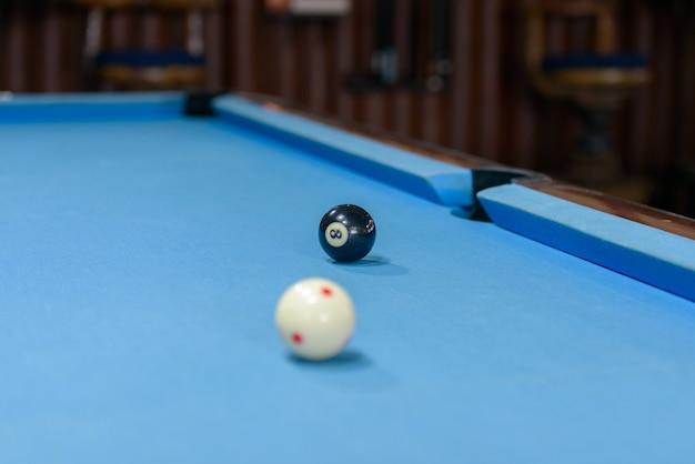 Portret stół bilardowy z dwiema kulkami gotowy do gry