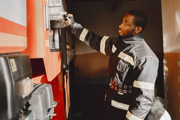 Portret Strażaka Stojącego Przed Wozem Strażackim Darmowe Zdjęcia