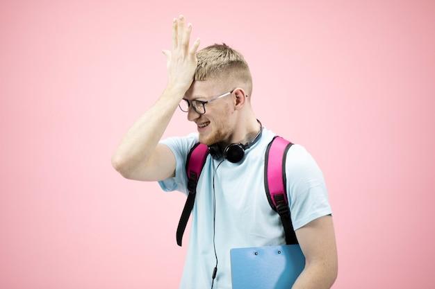 Portret studenta po nieudanym egzaminie wykonującym gest twarzy