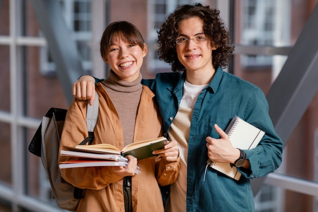 Portret studentów w sali uniwersyteckiej