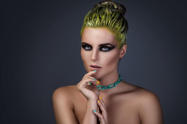 Portret stylowa dziewczyna z żółtym włosy