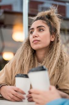 Portret stylowa młoda kobieta, patrząc od hotelu
