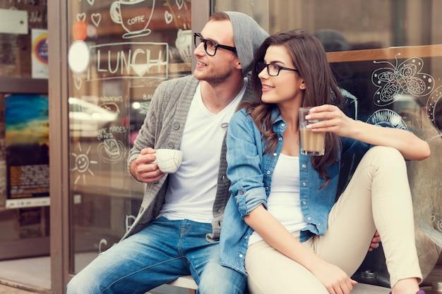 Portret stylowe para na zewnątrz kawiarni