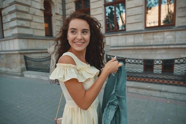 Portret stylowe uśmiechnięte, szczęśliwe kobiety brunetka spaceru na ulicy
