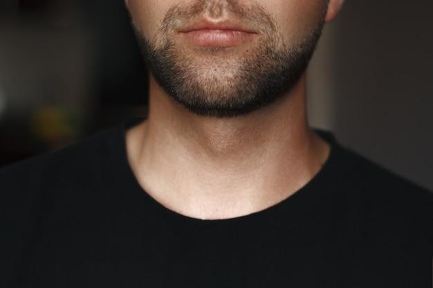 Portret stylowego i modnego mężczyzny z brodą.