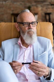 Portret stylowego starszego mężczyzny