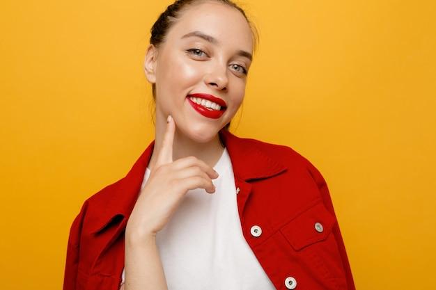 Portret stylowej dziewczyny stojącej z cudownym uśmiechem na żółto