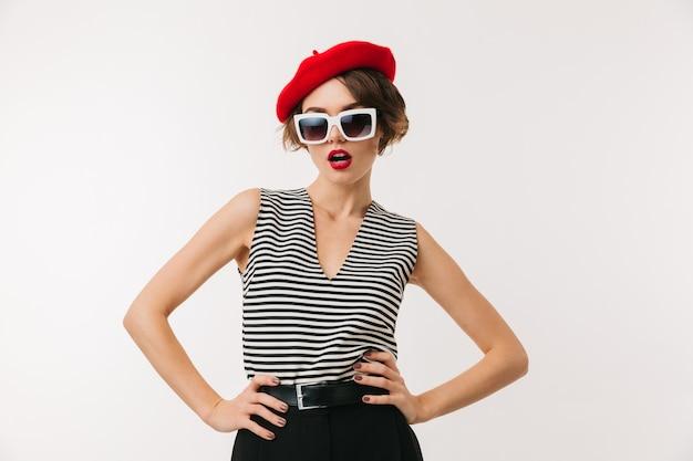 Portret stylowej kobiety na sobie czerwony beret