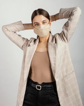 Portret stylowej kobiety noszenia maski