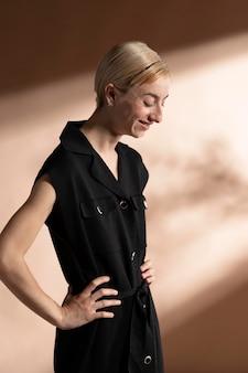 Portret stylowej kobiety pozującej w modnym stroju