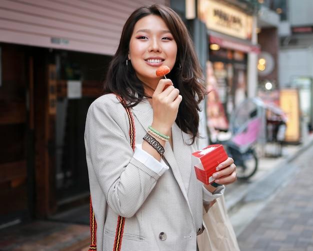 Portret stylowej młodej kobiety z uśmiechem