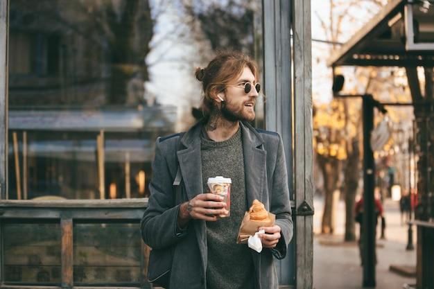 Portret stylowy brodaty mężczyzna ubrany w płaszcz