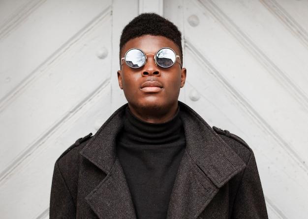Portret stylowy dorosły mężczyzna z okulary przeciwsłoneczne