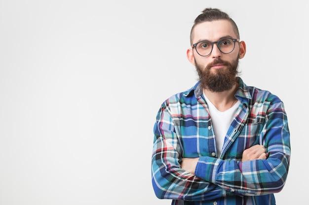 Portret stylowy facet młody hipster brodaty na białej ścianie z miejsca na kopię