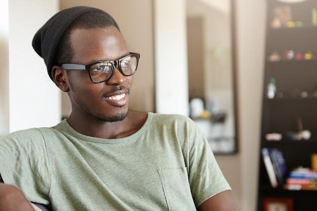 Portret stylowy mężczyzna afro-amerykanin w domu